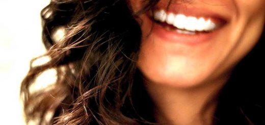 Rimedi naturali per denti lucidi e bianchi